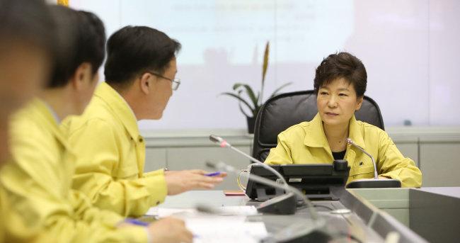 2014년 4월 16일 박근혜 대통령이 정부서울청사의 중앙재난안전대책본부를 찾아 세월호 사고 상황에 대해 보고 받고 있다. [청와대 제공]
