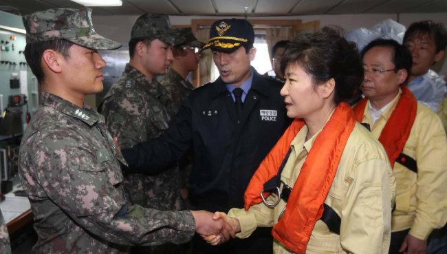 2014년 4월 17일 박근혜 대통령이 진도 앞바다에 침몰한 여객선 '세월호' 사고현장을 방문해 구조 대원들을 격려하고 있다. [뉴시스]