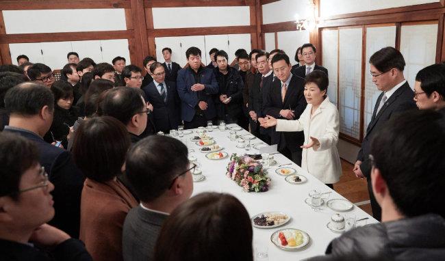박근혜 대통령이 2017년 1월 1일 청와대 상춘재에서 출입기자단과 신년 인사를 겸한 티타임을 하고 있다. [청와대 제공]
