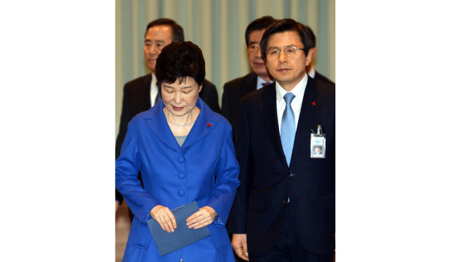 2016년 12월 9일 국회의 탄핵소추안이 가결된 뒤 박근혜 대통령(왼쪽)이 청와대에서 마지막 국무위원 간담회를 주재하기 위해 황교안 대통령권한대행과 회의실에 입장하고 있다. [청와대사진기자단]