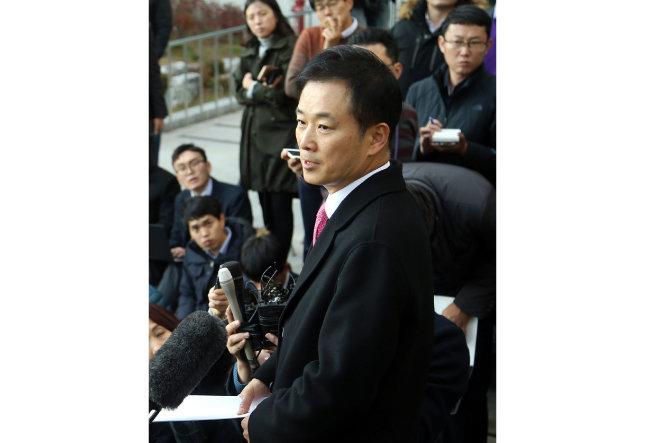 박근혜 대통령의 변호인으로 선임된 유영하 변호사가 2016년 11월 15일 서울고등검찰청 앞에서 기자회견을 하고 있다. [양회성 동아일보 기자]