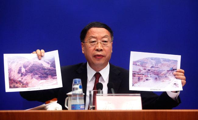 2012년 6월 쑤보 중국 공업정보화부 부부장(차관)이 기자회견을 열어 희토류 과잉 채굴에 따른 환경 파괴 실태를 담은 사진을 보여주며 중국의 희토류 수출 제한 정책을 설명하고 있다. 환경 파괴가 수출 규제의 명분이었다. [신화=뉴시스]