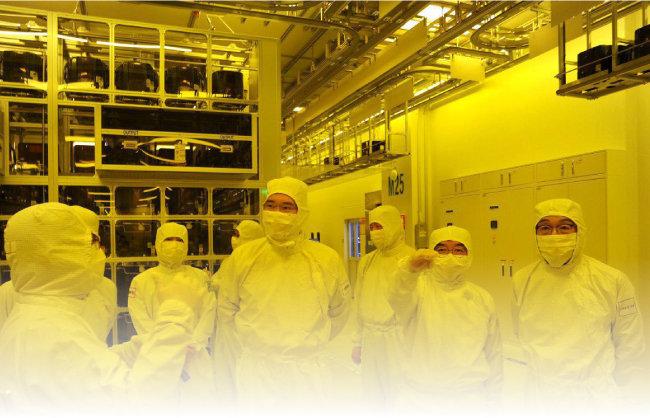 이재용 삼성전자 부회장(오른쪽 네 번째)이 8월 6일 충남 천안사업장을 방문해 반도체 패키징 라인을 둘러보고 있다. [삼성전자 제공]
