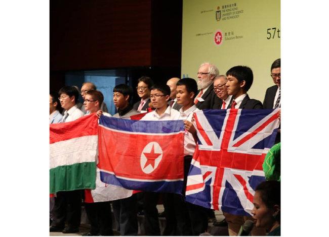 2016년 홍콩과학기술대학에서 열린 제57회 국제수학올림피아드에 참가한 북한 대표단. [페이스북 챕쳐]