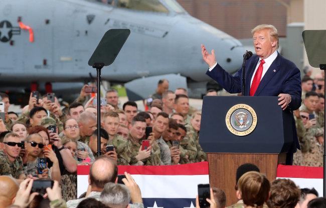 도널드 트럼프 미국 대통령이 6월 30일 경기 평택시 주한미군 오산 공군기지에서 연설하고 있다. 트럼프 대통령은 동맹도 돈으로 보는 경향이 있다. [뉴시스]