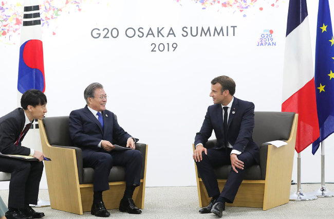 문재인 대통령과 에마뉘엘 마크롱 프랑스 대통령이 6월 28일 G20 정상회담장인 일본 인텍스 오사카 양자회담장에서 한-프랑스 정상회담을 하고 있다. [청와대 제공]