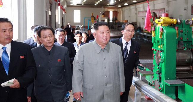 김정은 북한 국무위원장이 강계뜨락또르(트랙터) 공장을 시찰했다고 조선중앙통신이 6월 1일 보도했다.