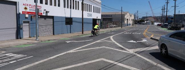 샌프란시스코 포트레로힐 지역 도로에서 한 남성이 자전거를 타고 차도를 가로지르고 있다. 그의 왼쪽으로 바닥을 녹색으로 칠하고 차도와의 사이에 플라스틱 보호 기둥을 세운 자전거도로가 설치돼 있다. 반면 그의 오른쪽 자전거도로는 바닥만 녹색으로 칠했고 플라스틱 보호기둥은 설치하지 않았다. 샌프란시스코에는 이처럼 다양한 형태의 자전거도로가 혼재한다.