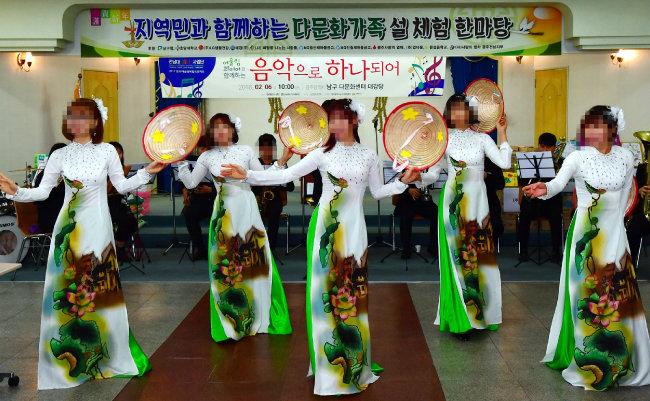 2018년 2월 광주 남구 월산동 남구다문화가족지원센터에서 '다문화가족 설 체험 한마당'이 열린 가운데 결혼이주여성들이 베트남 민속춤을 선보이고 있다. [뉴시스]