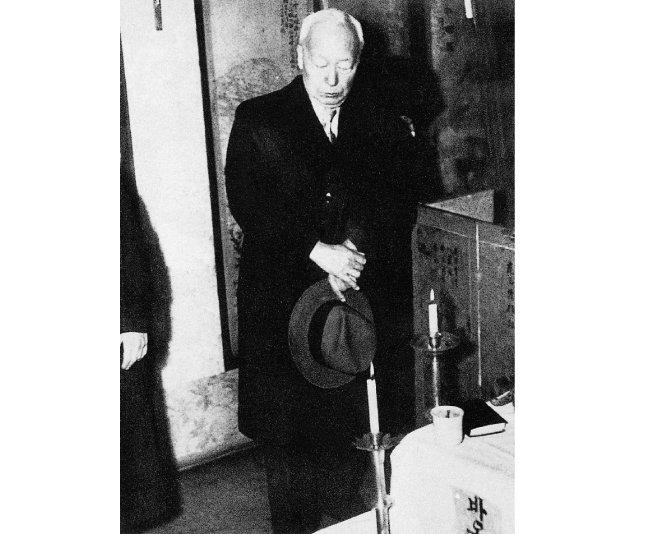 인촌 김성수 빈소를 찾은 이승만(1955년 작).