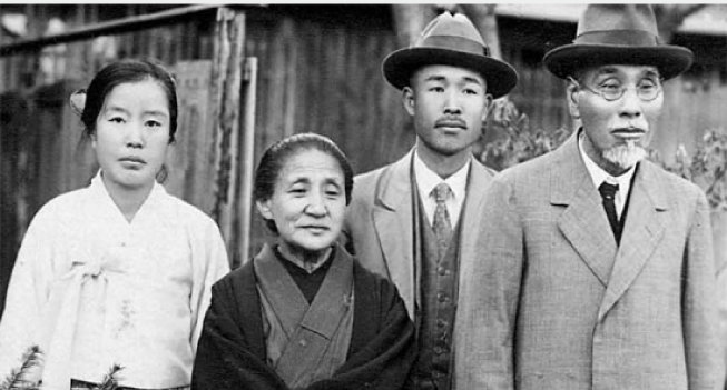 나혜석(왼쪽)이 일본인 실업가 야나기하라 기쓰베(오른쪽) 부부와 함께 촬영한 사진. 부부 사이에 미상의 남자가 있다. [위키피디아]