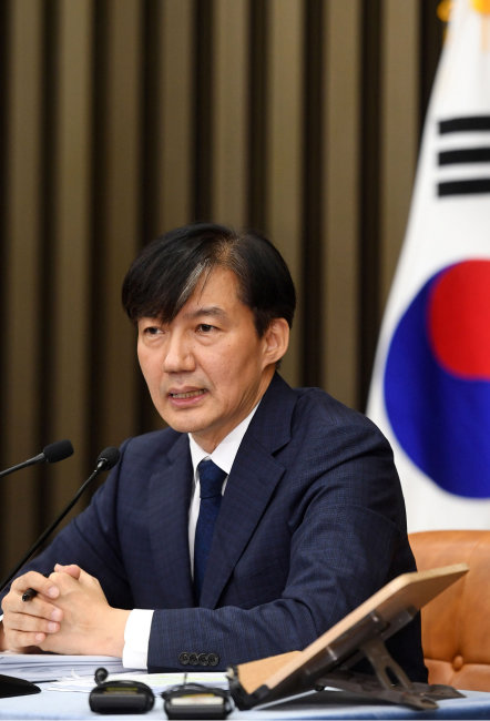 조국 법무부 장관 후보자가 9월 2일 오후 서울 여의도 국회에서 열린 기자간담회에서 가족 관련 질문에 답하고 있다. [뉴스1]