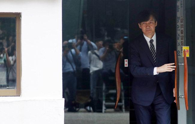 조국 법무부 장관이 9월 9일 서울 서초구 방배동 자택을 나서고 있다. [뉴스1]