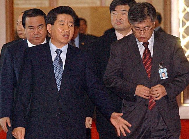 2003년 4월 29일 청와대에서 열린 국무회의를 마치고 나온 노무현 대통령이 문재인 민정수석과 대화하고 있다. [김경제 동아일보 기자]