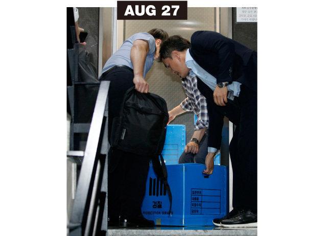 검찰 관계자들이 8월 27일 조국 후보자 가족이 투자한 사모펀드 운용사를 압수수색한 후 압수품 상자를 옮기고 있다.