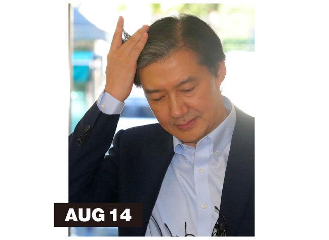 문재인 대통령이 국회에 제출한 인사청문요청안에 첨부된 '재산부속서류'를 통해 배우자·자녀의 사모펀드 74억 원 투자 약정 사실이 공개된 8월 14일 조국 후보자가 머리를 쓸어 넘기고 있다.
