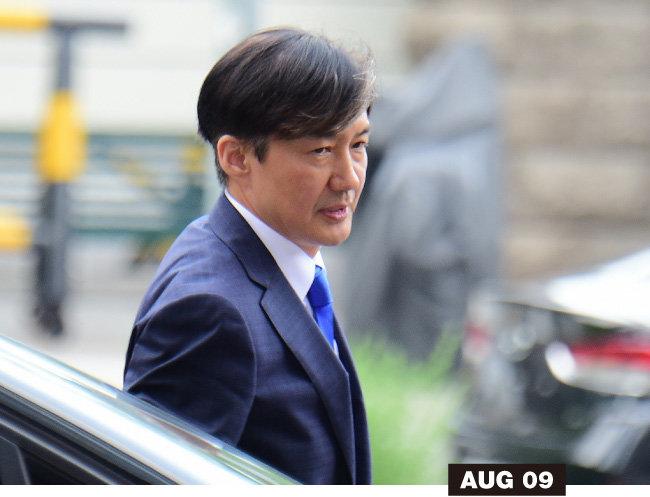 법무부 장관 후보자로 지명된 8월 9일 조국 후보자가 종로구 적선동 인사청문회 준비 사무실로 첫 출근하고 있다.