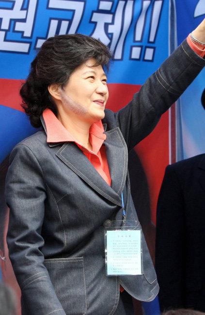'커터 칼 피습사건' 치료 후 2006년 5월 29일 병원에서 퇴원한 박근혜 당시 한나라당 대표가 곧바로 대전으로 내려가 지원 유세를 하고 있다. [동아일보]