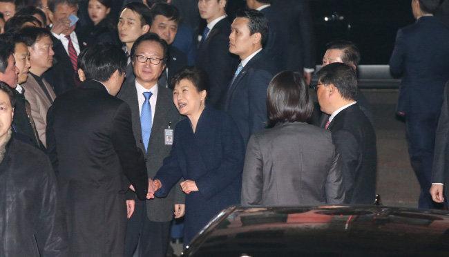 2017년 3월 12일 청와대를 떠나 서울 강남구 삼성동 사저에 도착한 박근혜 전 대통령이 마중을 나온 친박 의원 등 지지자들과 인사를 나누고 있다. [뉴시스]