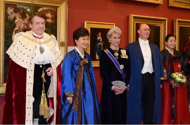 2013년 11월 6일 로저 기퍼드 영국 런던시장(왼쪽) 주최 길드홀 만찬에 앞서 기념사진을 찍은 박근혜 대통령. [청와대사진기자단]