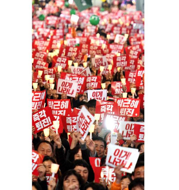 2016년 11월 19일 부산 서면에서 열린 촛불집회에서 시민들이 박근혜 대통령 퇴진을 요구하고 있다.
