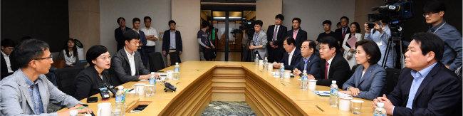 나경원 자유한국당 원내대표(오른쪽 두 번째)와 의원들이 9월 5일 경기 성남시 네이버 본사를 찾아 실시간 검색어 조작 의혹과 관련 항의하고 있다. [뉴스1]