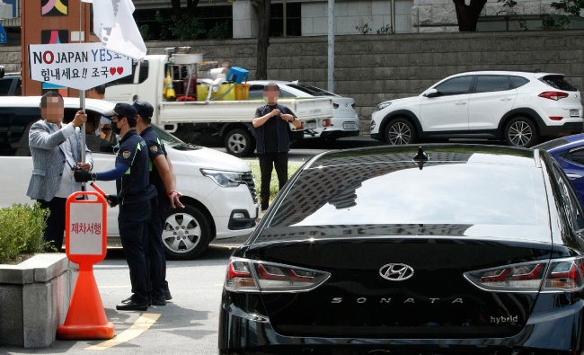 9월 2일 조국 당시 법무부 장관 후보자가 서울 종로구의 사무실에서 대국민 기자간담회를 하기 위해 국회로 향하자 조 후보자의 차를 향해 지지자가