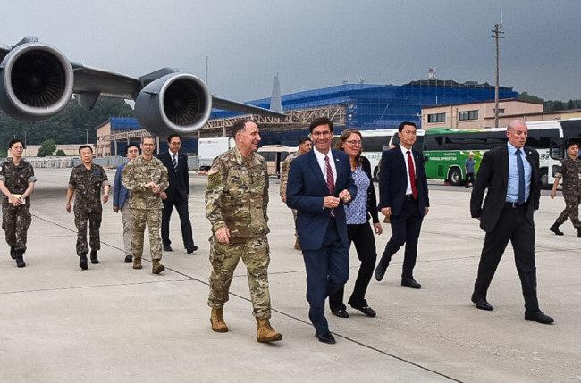마크 에스퍼 미국 국방부 장관(앞줄 오른쪽)이 8월 8일 경기 평택시 주한미군 공군기지에 도착해 로버트 에이브럼스 주한미군사령관의 영접을 받으며 이동하고 있다. [마크 에스퍼 미국 국방장관 트위터]