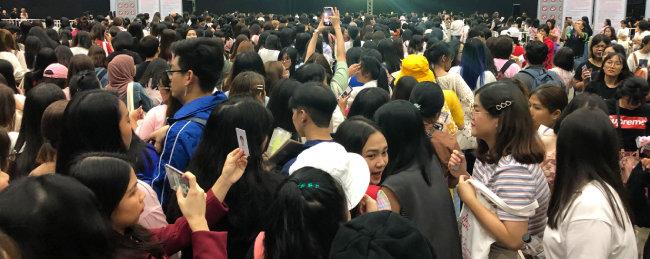 9월 7일 태국 방콕에서 열린     강다니엘 솔로 데뷔 단독 팬미팅       행사에 참석한 팬들. [사진제공·mini0097]