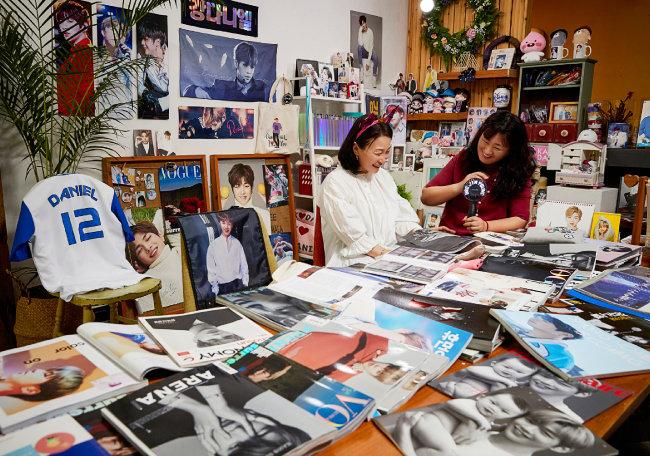 강다니엘 관련 굿즈를 모두 수집하고 있는 권혁미(왼쪽), 권현주 자매.