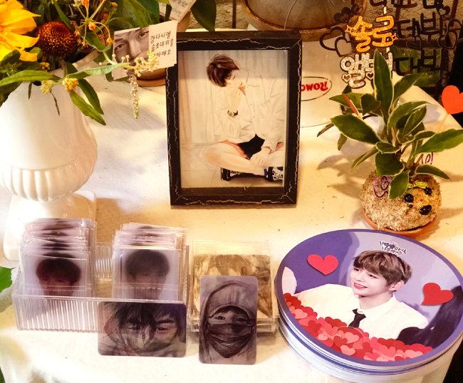 강다니엘 솔로 데뷔 축하 이벤트로 팬들이 준비한 나눔 선물들. [사진제공·@스토리블라썸]