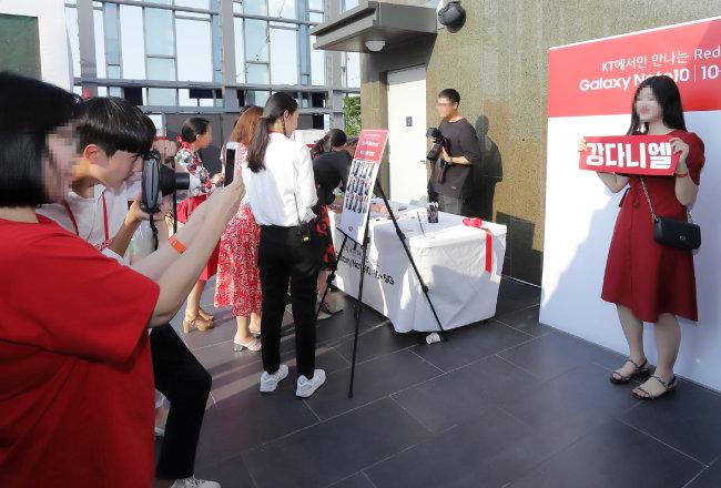 강다니엘 팬이 KT 갤럭시 노트10 론칭 파티에 참석해 강다니엘 배너를 들어 보이고 있다. [사진제공·KT]