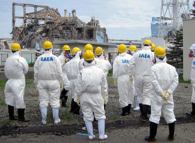 국제원자력기구(IAEA) 조사단이 2011년 5월 일본 후쿠시마 원전 사고 현장을 살펴보고 있다. [뉴시스]
