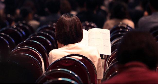 8월 25일 서울 여의도 63컨벤션센터에서 열린 성균관대 수시 지원전략 설명회에서 참석자가 관련 자료를 보고 있다. [뉴시스]