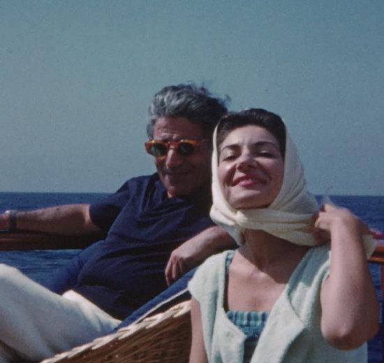 그리스 선박왕 오나시스와 즐거운 한때를 보내고 있는 마리아 칼라스. [영화사 진진 제공]