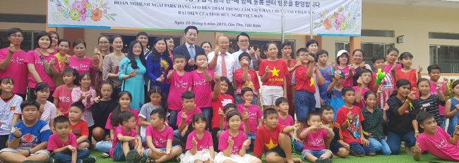 박항서 베트남 축구대표팀 감독(가운데)은 6월 20일 껀터시 '한베 함께 돌봄 센터'를 방문해 한베자녀들과 함께 시간을 보냈다. [재외동포재단 제공]