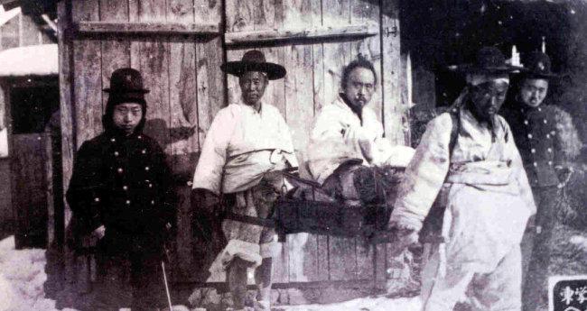 1894년 동학농민혁명 때 '녹두장군'으로 불린 전봉준(가운데)은 전북 순창에서 붙잡혀 1895년 3월 29일 처형됐다.