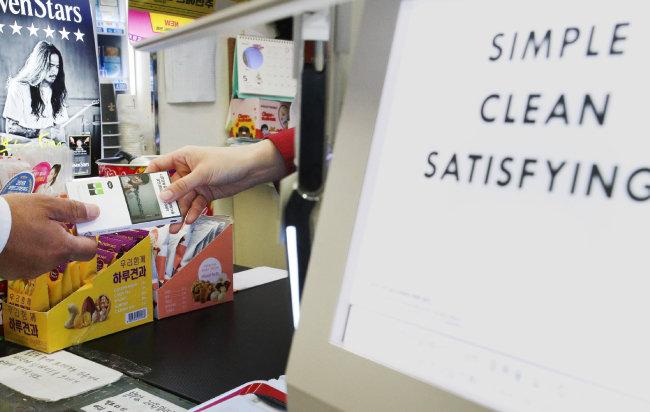 미국 액상형 담배 '쥴' 출시일인 5월 24일 서울 한 편의점에서 쥴 담배의 액상 '팟'을  판매하고 있다. [뉴스1]