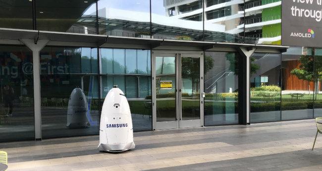미국 나이트스코프사가 제작한 경비로봇이 삼성전자 미국법인 본사 외부를 감시하고 있다.
