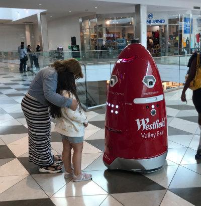 미국 실리콘밸리 웨스트필드 밸리페어 쇼핑몰에서 백화점 건물 주위를 순찰하고 있는 경비로봇.
