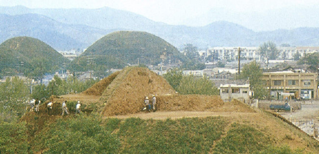 1973년 천마총 발굴 당시 모습. [이광표 제공]