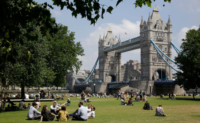 런던 시민들이 타워브리지를 배경으로 포터스필즈 공원에서 휴식을 취하고 있다. [뉴시스]