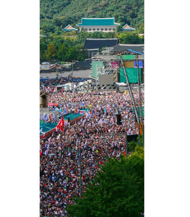 자유한국당과 문재인 하야 범국민 투쟁본부 소속 보수단체들이 10월 3일 서울 광화문 일대에서 문재인 정부를 비판하는 집회를 열고 있다.