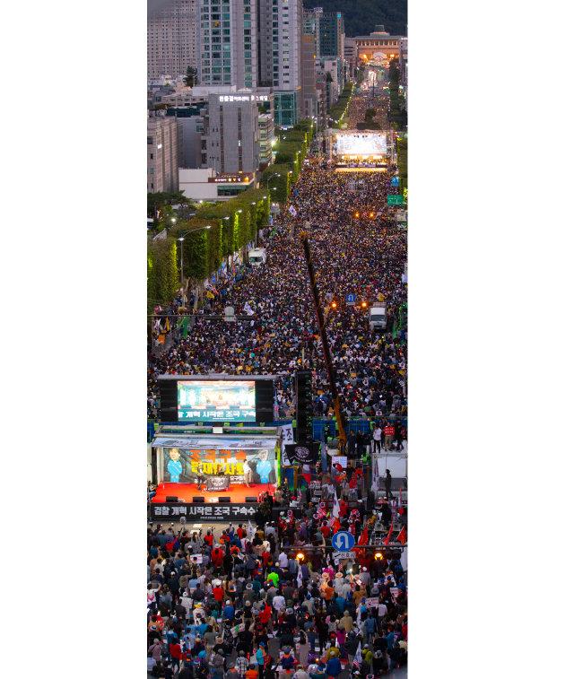 10월 5일 서울 서초구 서초대로에서 촛불 문화제(사진 위쪽)가 열린 가운데 보수단체 회원들이 경찰 저지선을 사이에 두고 맞불집회 형식의 '조국 구속 태극기집회'를 개최하고 있다.