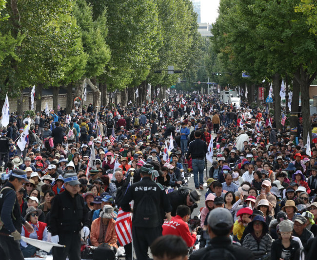 10월 9일 서울 광화문광장 일대에서 열린 '대한민국 바로세우기 국민대회' 참가자들이 조국 전 장관 사퇴를 촉구하며 청와대 근처에 모여 있다.
