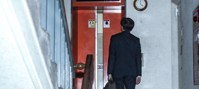 10월 14일 오후 4시경 조국 전 법무부 장관이 서울 서초구 방배동 자택에 들어가기 위해 아파트 엘리베이터를 기다리고 있다. [뉴시스]