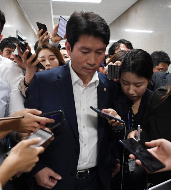 조국 전 법무부 장관이 사퇴한 10월 14일 서울 여의도 국회에서 이인영 더불어민주당 원내대표가 기자들의 질문에 답변하고 있다.