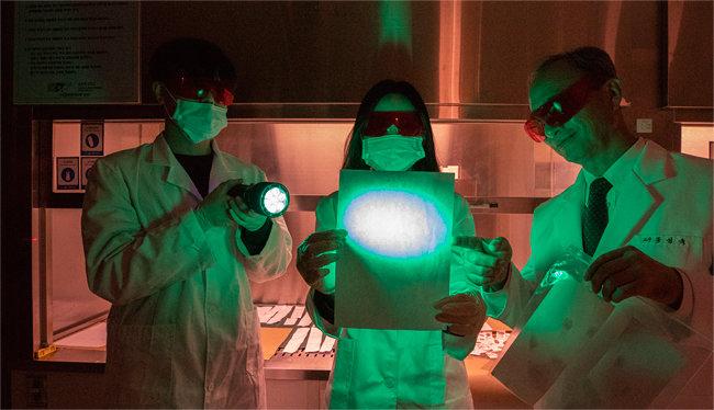 홍성욱 순천향대법과학대학원 교수(오른쪽)가 제자들과 함께 특수 광원으로 증거물을 찾는 방법을 시연하고 있다. [조영철 기자]