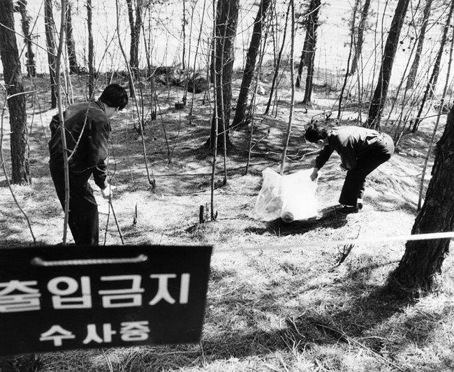 1991년 4월 경기 화성군 야산에서 경찰 수사관들이 열 번째 '화성 연쇄살인 사건'의 범행 흔적을 찾고 있다. [동아DB]