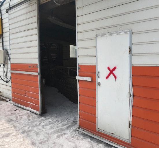 건물 외벽엔 빨간색 엑스(X) 표시가 그려져 있다.